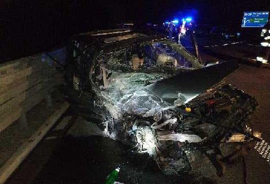 Wypadek na A4. Pijany kierowca renault jechał pod prąd i zderzyłsię z busem. 6 osób w szpitalu (fot. Policja Podkarpacka)
