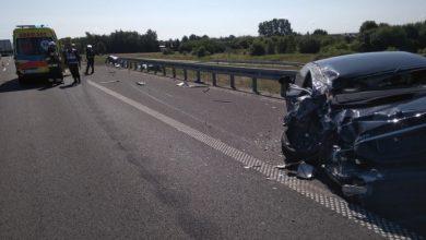 Wypadek na A4. Ciężarówka uderzyła w stojącego na poboczu mercedesa (fot. Policja Podkarpacka)