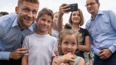 Śląskie: Kuba Błaszczykowski przekonał premiera! Będzie nowe boisko w jego rodzinnych Truskolasach! (fot.KPRM)