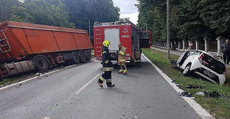 Zderzyłsię z dwoma ciężarówkami. Kierowca toyoty prawdopodobnie przysnął za kierownicą (fot. Policja Lubelska)