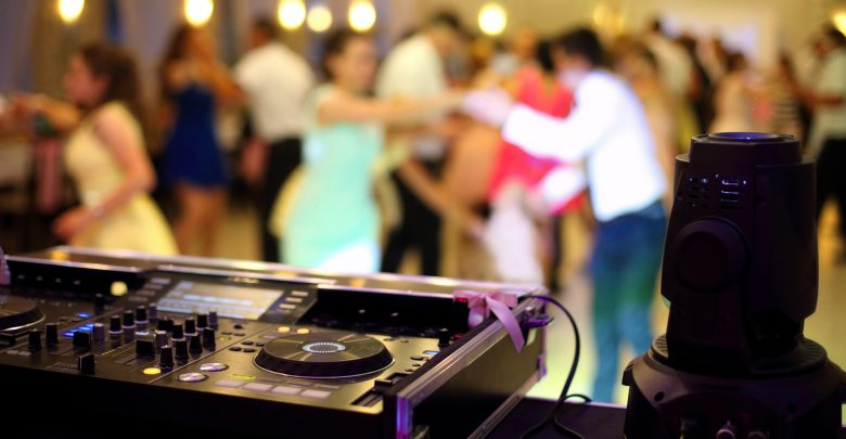 Zespół weselny czy DJ? Poznaj wszystkie wady i zalety!