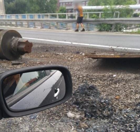 Tym razem Katowice i ul. Murckowska. Na jezdnię trasy w kierunku na Tychy z ciężarówki spadł kontener z metalowymi elementami (fot.112Katowice Służby Ratunkowe/Maciej J.)