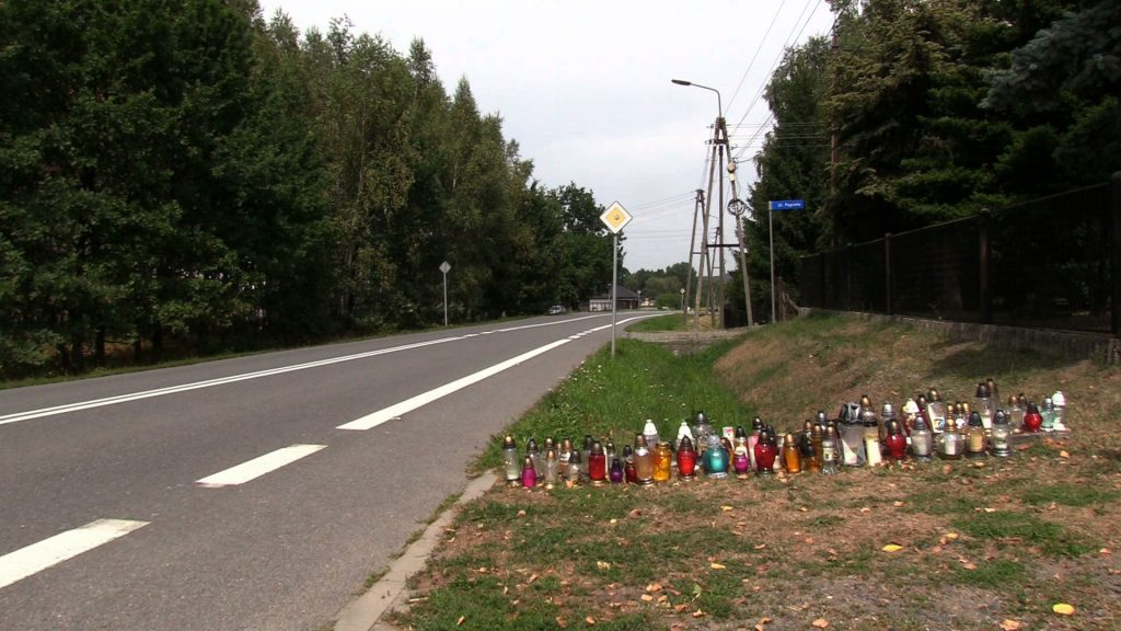 W miejscu tragedii w miejscowości Bełk ciągle przybywa zniczy. Dziś składali je między innymi mieszkańcy Opola