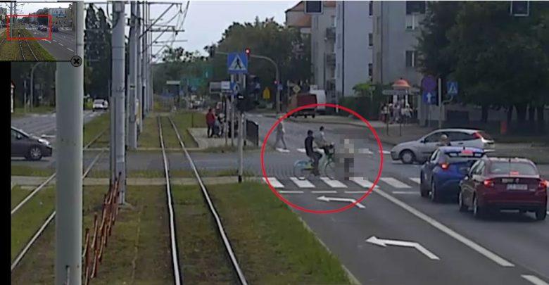 Wjechali rowerem w 86-latkę [WIDEO] Kobieta zmarła. Policja poszukuje świadków (fot.KMP Toruń)