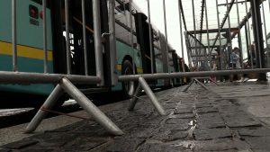 Jeszcze wczoraj tak wysiadali piesi z autobusu na przystanku przy al. Korfantego. I zmieścić się musieli, bo nie mieli innego wyjścia