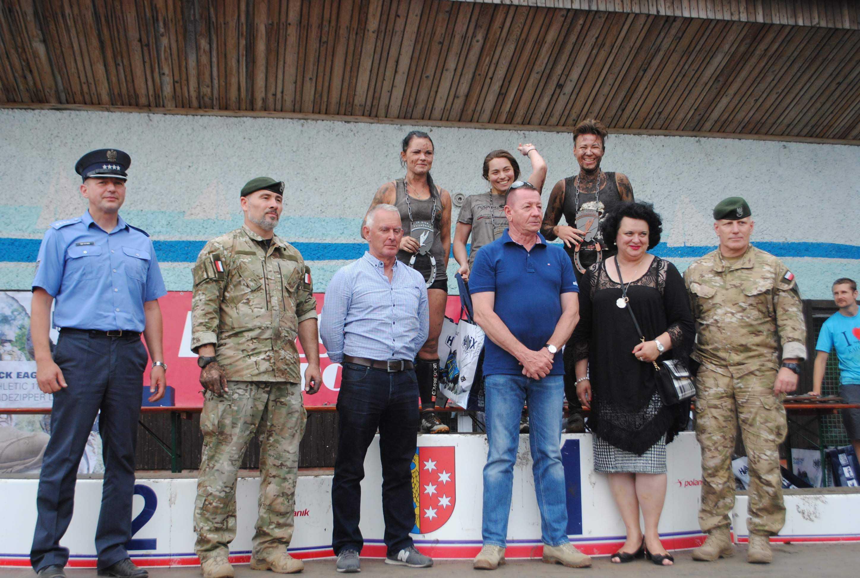 Przedstawicielki mediów na podium XV Biegu Katorżnika