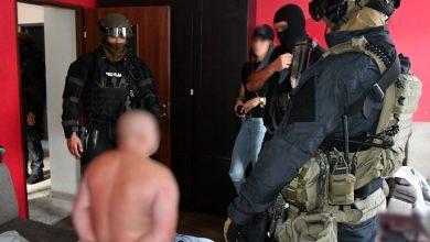 Zdjęcie zatrzymywane mężczyznę przez policję w ciężkim umundurowaniu (fot. śląska policja)