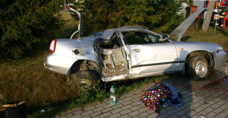 Śląskie: pijany 17-latek wjechał w słup. Auto zostało doszczętnie zniszczone