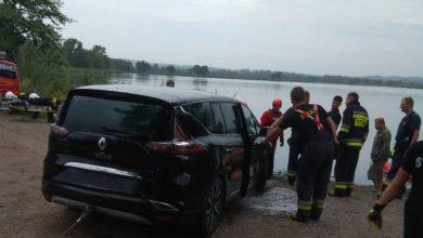Śląskie: Kierowca zasnął za kierownicą, a samochód zatonął w stawie! (fot.policja)
