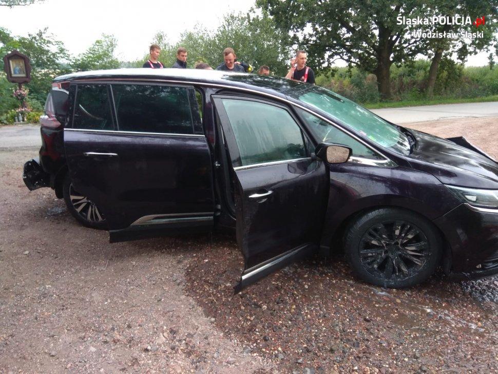 Kierowca osobowego Renault zasnął za kierownicą, a samochód chwilę później zniknął cały pod powierzchnią wody(fot.policja)