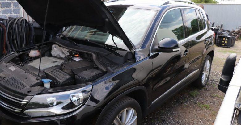 Na zdjęciu jeden z odzyskanych przez policję skradzionych samochodów - VW Caddy