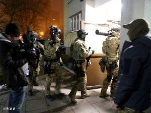 Policyjni antyterroryści w czasie akcji zatrzymania 27-letniego mężczyzny, podejrzanego o zabójstwo dwójki swoich dzieci