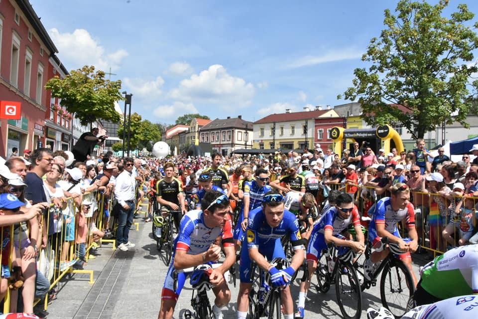 Czwarty etap 76. Tour de Pologne rozpoczął się dzisiaj w Jaworznie. Ale nie był taki, jak te poprzednie. Organizatorzy zdecydowali o zneutralizowaniu wyścigu (fot.slaskie.pl)