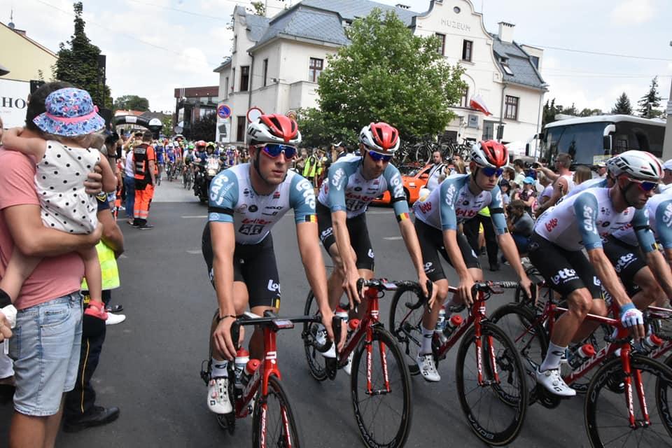 Kolarze uczestniczący w Tour de Pologne zsolidaryzowali się. Dzisiaj na czele wyścigu jechali zawodnicy grupy Lotto-Soudal, w której występował zmarły Belg. Chodziło o symboliczne zwycięstwo w etapie