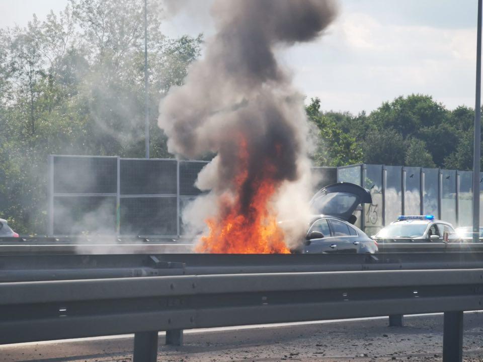 PILNE!!! Pożar samochodu na autostradzie A4 w Katowicach [ZDJĘCIA] Tworzą się korki! (fot. jaw.pl)