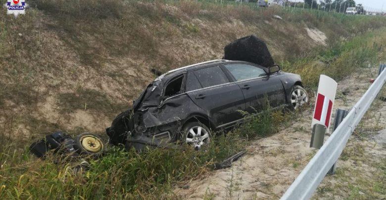 Chciał ominąć przedmiot leżący na jezdni. Wpadł do rowu i dachował. Zginął wnuczek kierowcy (fot.Policja Lubelska)