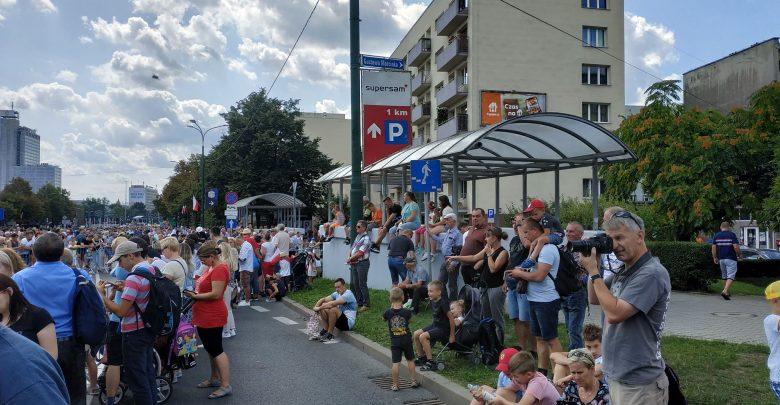 Coraz większe tłumy w Katowicach na trasie przemarszu defilady Wierni Polsce (fot.Wojciech Żegolewski)