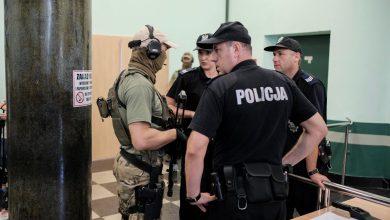 Szczególne środki ostrożności, setki policjantów - także z długą bronią na ostrą amunicję i napięta atmosfera nie tylko na sali. Rozpoczął się proces 53 pseudokibiców Ruchu Chorzów, tzw. grupy Psychofans