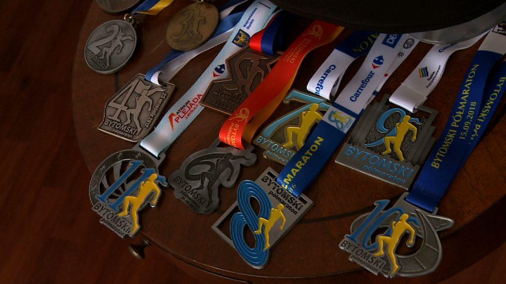 W tym roku dla uczestników biegu przygotowano specjalne, limitowane koszulki. Po raz pierwszy biegacze wyruszą na trasę w koszulkach koloru czarnego! Gotowe są już także medale w poszczególnych kategoriach
