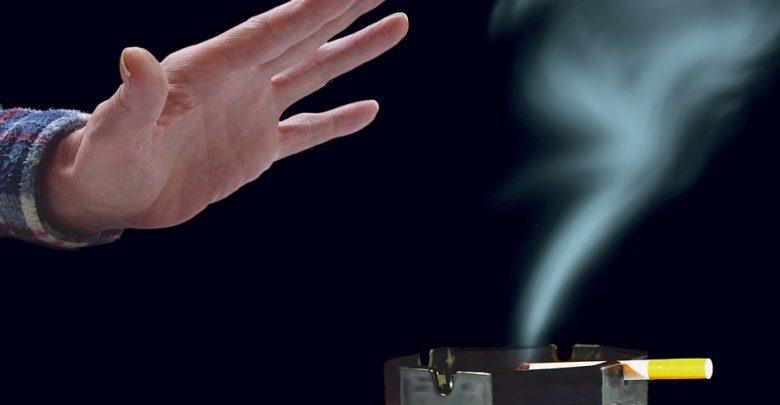 Palenie w domu traktowane jako przemoc domowa? W życie weszło nowe prawo