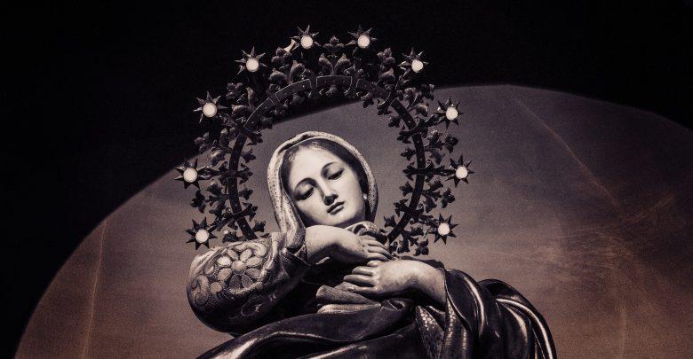 Zdjęcie figury Matki Boskiej w sepii z perspektywy żabiej (fot. pixabay.com)