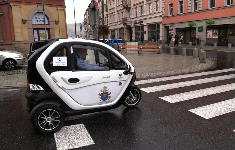 Z Katowic do Watykanu. Chcą dać papieżowi elektryczny samochód! [WIDEO]
