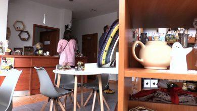 Sklep charytatywny, to pierwsze tego typu miejsce w Sosnowcu. Można przynosić tu zbędne rzeczy ze swojego domu jak porcelanę, książki, biżuterię, akcesoria i inne, które później inni ludzie kupują