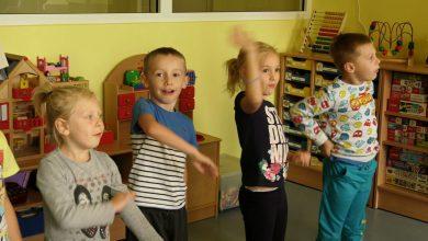 Śpiewająco poszło będzińskim przedszkolakom przygotowanie prezentu i listu do brytyjskiej królowej – Elżbiety II
