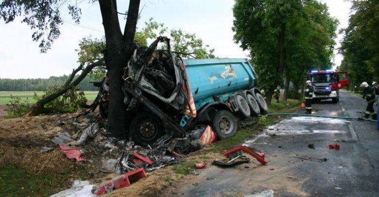 Śląskie: Tragiczna śmierć 68-letniego kierowcy. Uderzył ciężarówką w drzewo (fot. KPP w Kłobucku)