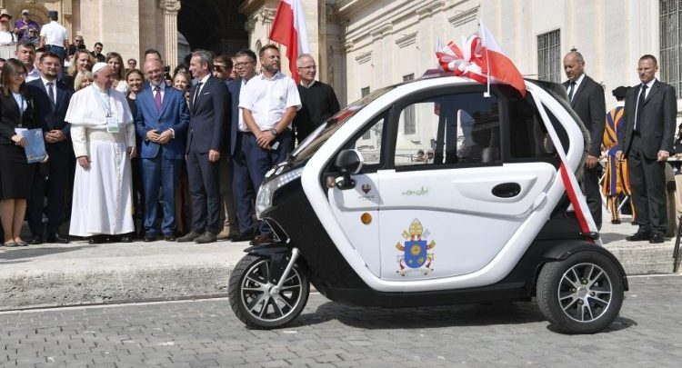 Prezydent Katowic przekazał papieżowi Franciszkowi elektryczne auto