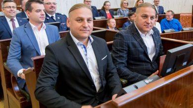 Złota Odznaka Honorowa za Zasługi dla Województwa Śląskiego trafiła w ręce Łukasza i Pawła Golców – liderów zespołu Golec uOrkiestra