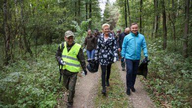 """""""Lasy to nasze wspólne dobro"""". Para prezydencka sprzątała las (fot.prezydent.pl)"""