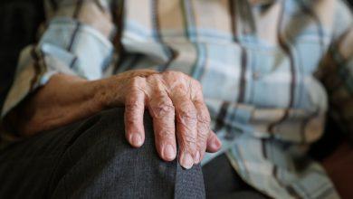 Dłonie starszej kobiety (fot. pixabay)