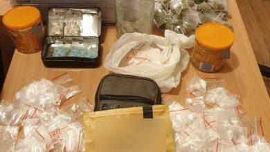 """Szli do szkoły. W plecakach zamiast książek mieli narkotyki i to nie """"byle jakie"""" (fot.KPP Oleśnica)"""