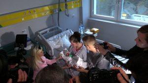 W towarzystwie kamer, w świetle jupiterów – razem po prawie 200 dniach ciężkiej rehabilitacji. Paulina i urodzona kilka dni temu Pola, której życie do końca nie była pewne