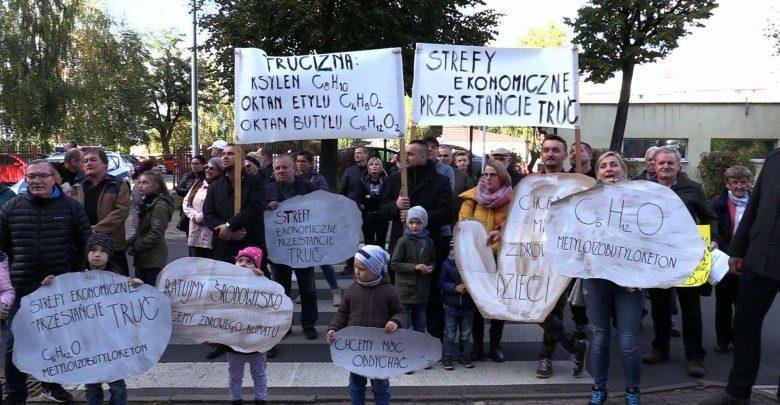 Protest przed urzędem miasta w Żorach. Mieszkańcy protestują przeciwko zatruwaniu środowiska przez jeden z zakładów produkujących części samochodowe