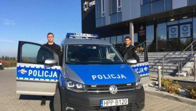 Bielsko-Biała: Bohaterzy w mundurach. Dwaj policjanci uratowali kobietę w płonącego samochodu (fot.policja.pl)