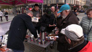Lewica Razem kończy kampanię w Katowicach. Częstowali łakociami wyborców [WIDEO]