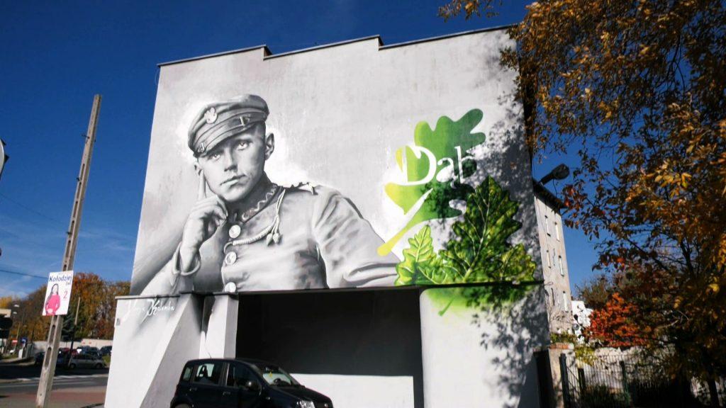 Zupełnie innego rodzaju mural powstaje w Katowicach. Tu znani są autorzy zarówno tego muralu, jak i jego następcy. Powstaniec śląski zastąpił kontrowersyjną postać z głową krowy