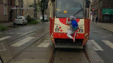 Spiderman z Bytomia! Chłopiec jechał uczepiony tramwaju!