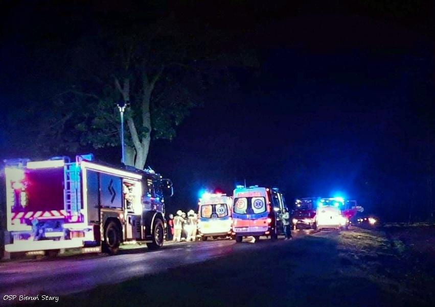 Jedno auto skończyło na drzewie, drugie na boku. Patrząc na zdjęcia aż trudno uwierzyć, że skończyło się tylko na obrażeniach (www.112tychy.pl)