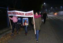 Korowód Wszystkich Świętych w Chorzowie. Ulicami miasta przeszło kilkadziesiąt osób [WIDEO]