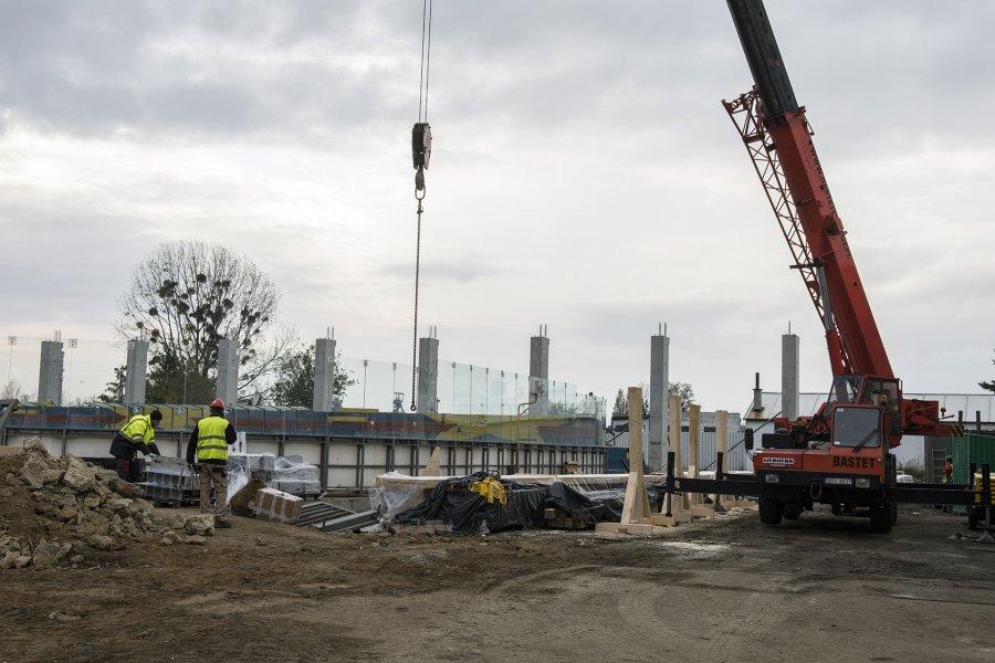 Lodowisko w Bytomiu: filary pod główną konstrukcję dachu już stoją [ZDJĘCIA]