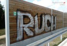 Kto zniszczył nowiutkie ekrany ochronne przy autostradzie A1 w Woźnikach? Przez to, co znalazło się na graffiti oczywiste podejrzenie padło na kiboli chorzowskiego Ruchu (fot.policja)