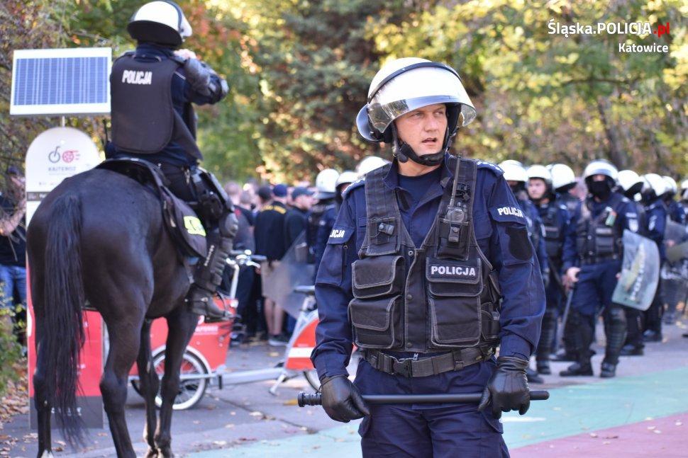 Zadyma przed i po meczu GKS Katowice! Pseudokibice starli się z policją. Kilku najbardziej agresywnych zatrzymano (fot.policja)