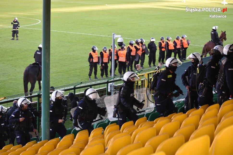 7 osób zatrzymanych, 200 wylegitymowanych - bilans zadymy na meczu GKS Katowice - Elana Toruń (fot.policja)
