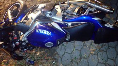 Śląskie: 77-letni kierowca kontra motocyklista. 19-latek wylądował na ogrodzeniu i w szpitalu (fot.