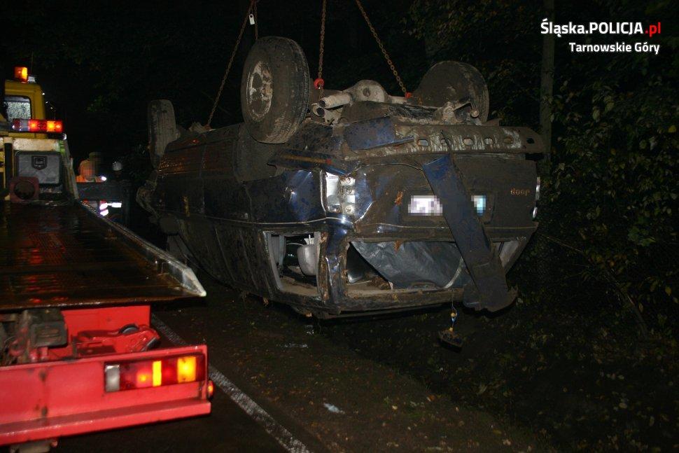 Śląskie: Kierowca omijał pijanego pieszego i wpadł do rowu!