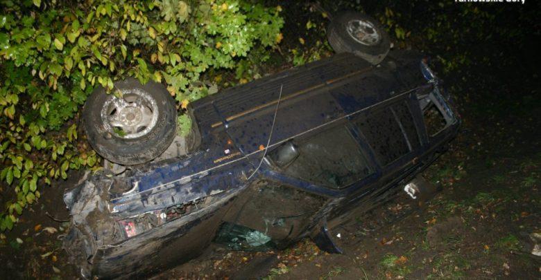 Kierowca Jeepa na DK 11 ratując się przed uderzeniem w pijanego pieszego wpakował się do rowu i ranny trafił do szpitala (fot.KPP Tarnowskie Góry)