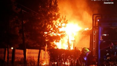 Śląskie: Policjanci wyciągnęli kobietę z płonącego domu! Uratowali jej życie (fot.policja)